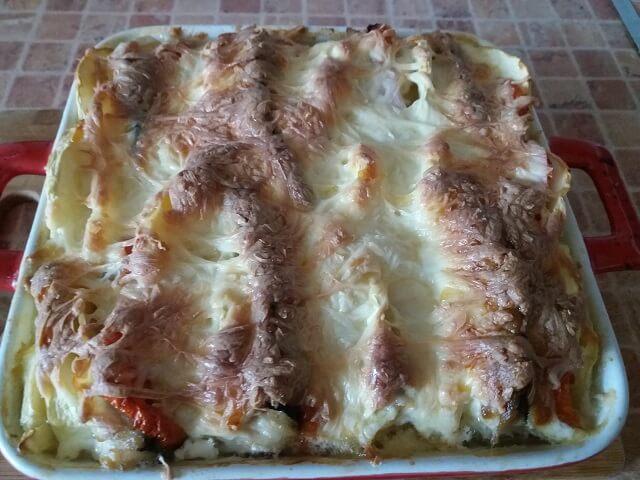 Готовая запеченная скумбрия с овощами и сыром