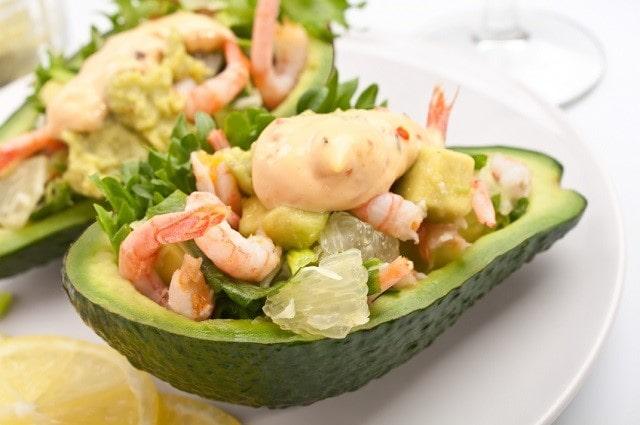 Готовый салат из авокадо с креветками