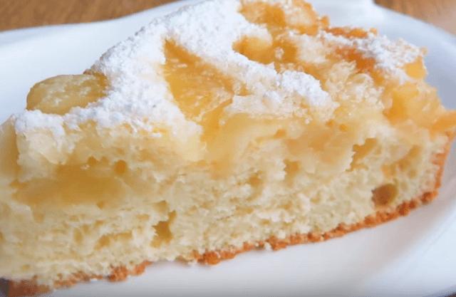 Готовый заливной пирог с яблоками