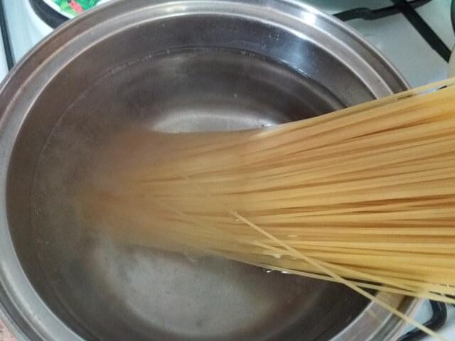 Кладем в кипящую воду спагетти