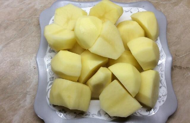 Очищаем и нарезаем картошку