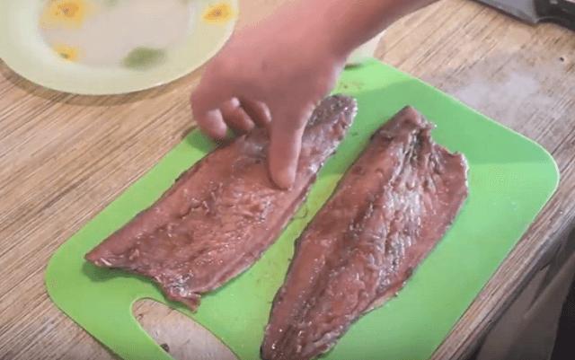 Скумбрию натираем солью и приправой