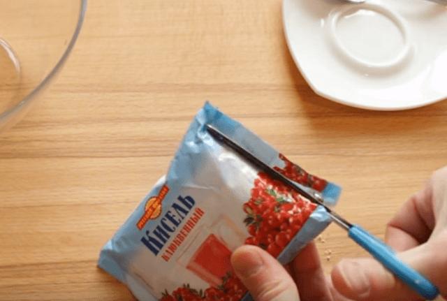 Вскрываем брикет с сухим киселем
