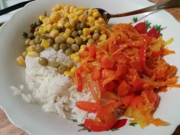 Овощи добавляем к отваренному рису