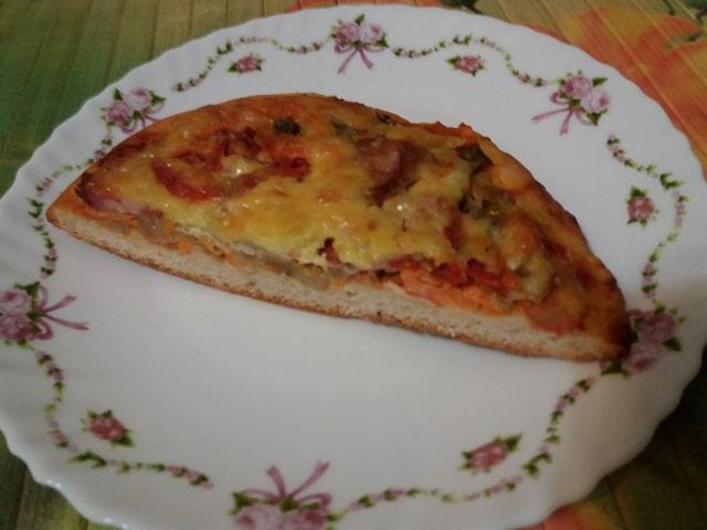 Готовая пицца с солеными грибами