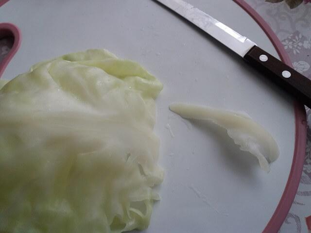 Срезаем толстую жилку у основания листа