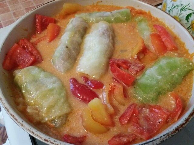 Тушим голубцы в томатно-сметанном соусе
