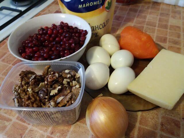 Ингредиенты для салата с брусникой