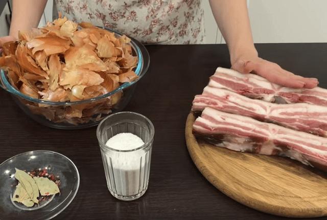 Приготовление соленого сала в луковой шелухе