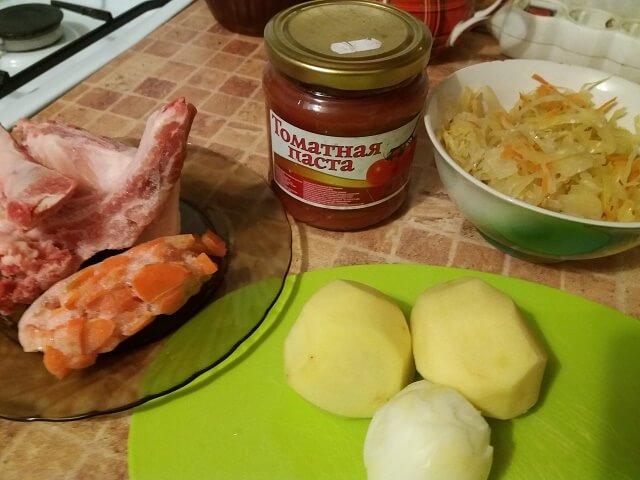 Ингредиенты для приготовления щей из квашеной капусты