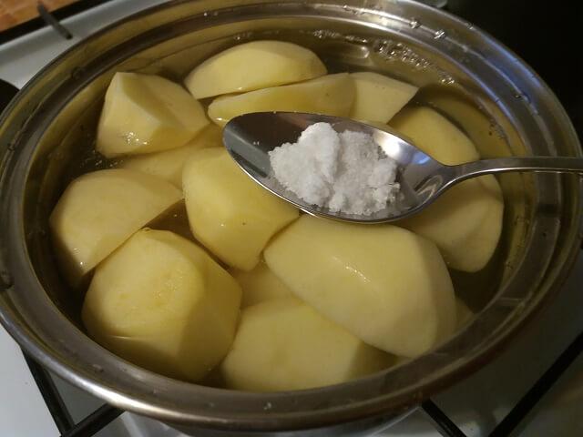Отвариваем очищенный картофель