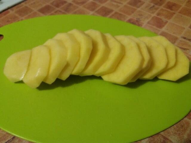 Нарезаем картошку на ломтики