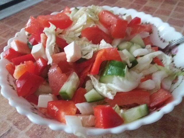 Готовый овощной салат с сыром