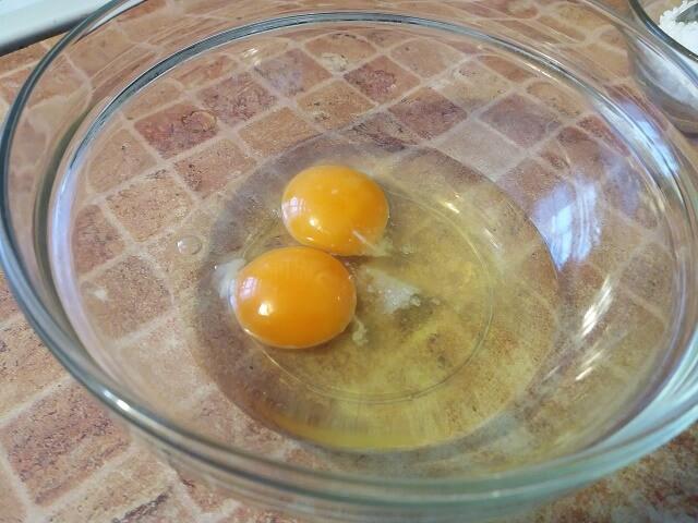 В чашку разбиваем яйца