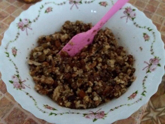 Смешиваем яйца, салом, орехи и изюм