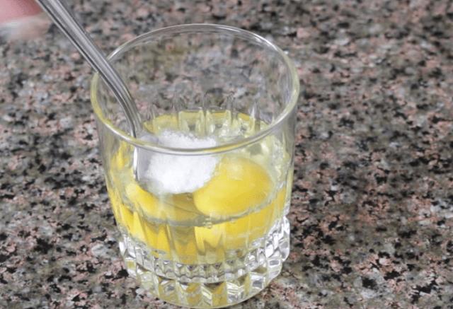 Смешиваем яйца с солью