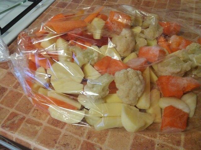 Овощи складываем в пакет для запекания