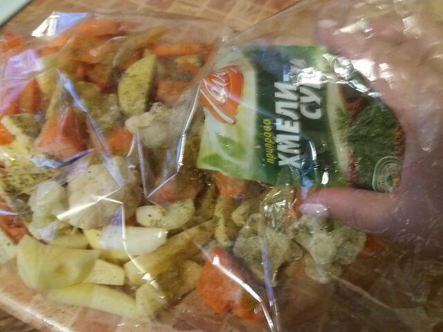 Овощи посыпаем специями и приправами