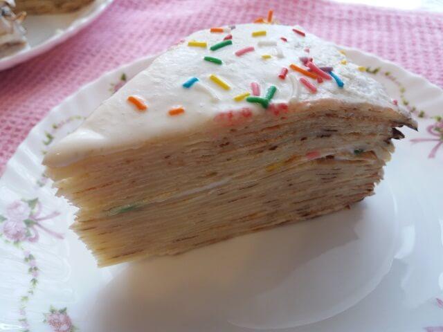 Кусок блинного торта со сметанным кремом