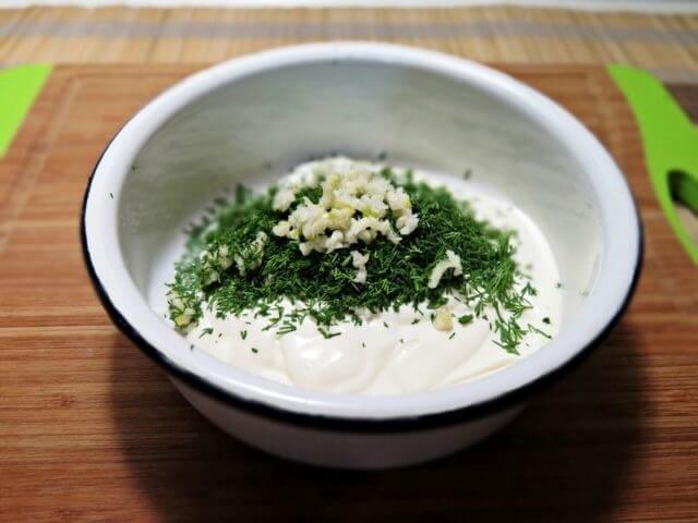 Сметано-чесночный соус с зеленью для зраз