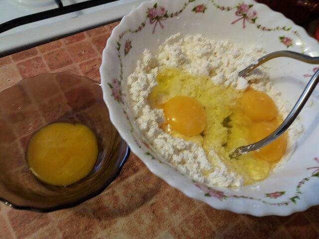 Добавляем к творогу яйца