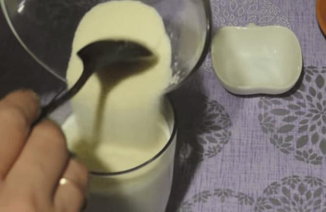 Добавляем манку в стакан с молоком