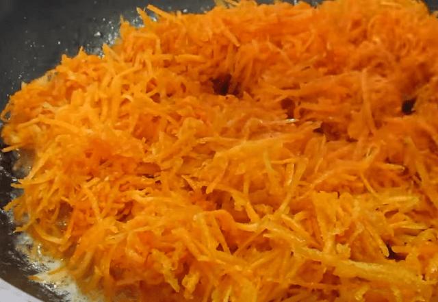 Обжариваем морковь на сливочном масле