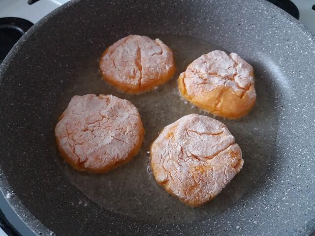 Обжариваем морковные котлеты на сковороде