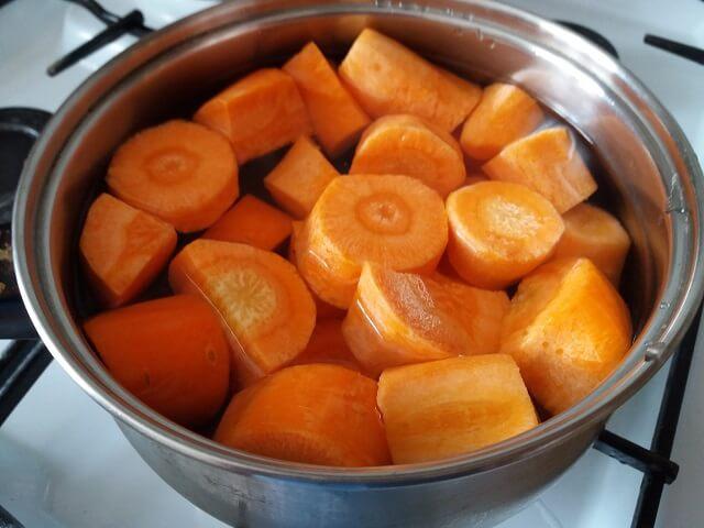 Отвариваем морковь в кастрюле