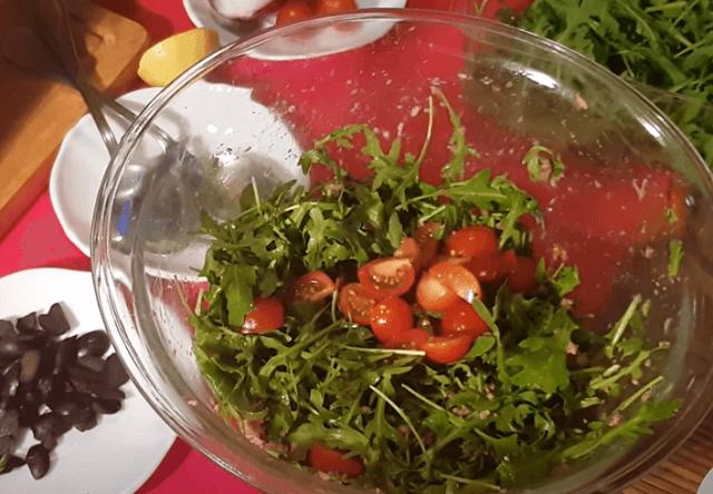 Добавляем в салат нарезанные черри