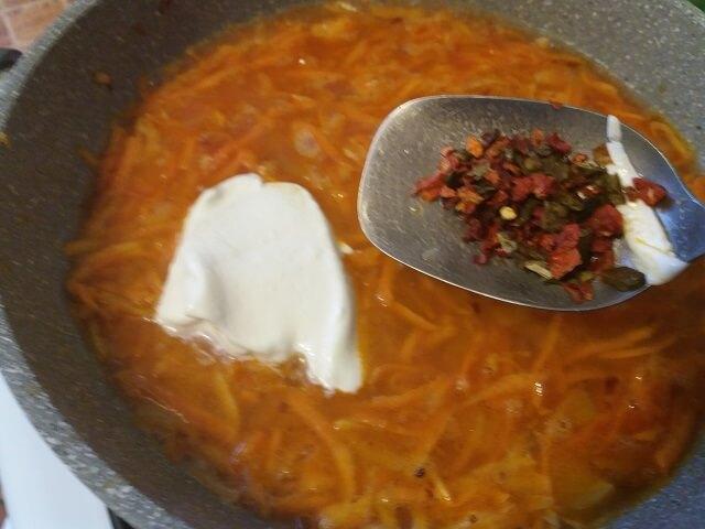 Добавляем в соус сметану и специи