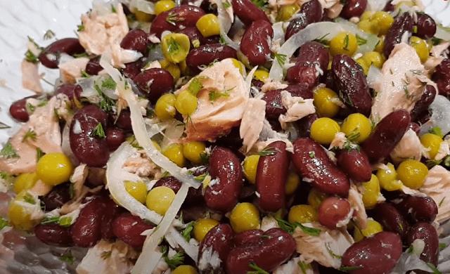 Готовый салат из тунца с консервированной фасолью