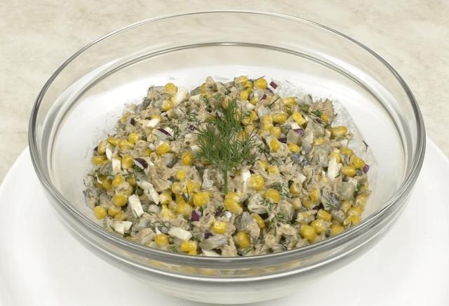 Готовый салат из тунца с кукурузой