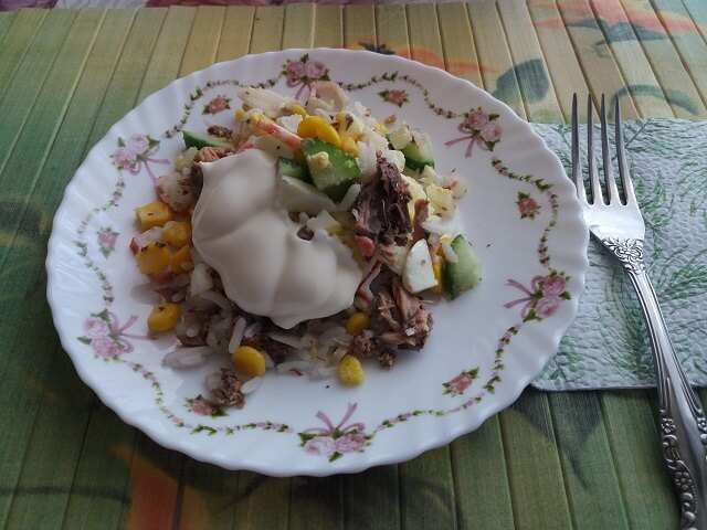 Готовый салат с тунцом, яйцами и свежим огурцом