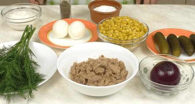Ингредиенты для салата из тунца и кукурузы