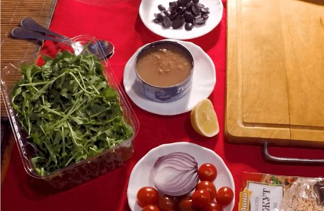 Ингредиенты для салата из тунца с рукколой