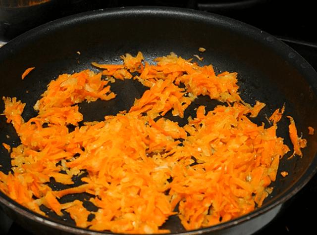 Обжариваем морковь на масле