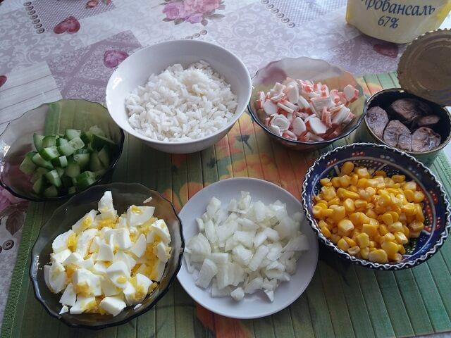 Подготовленные ингредиенты для салата с тунцом
