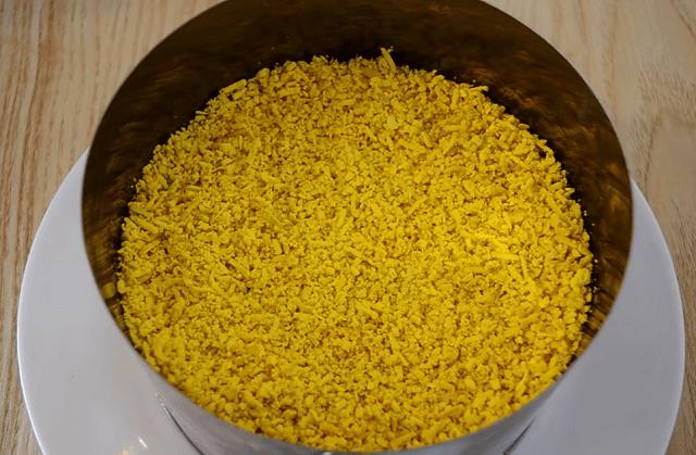 Последний слой - натертые желтки