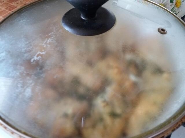 Прикрываем сковороду крышкой
