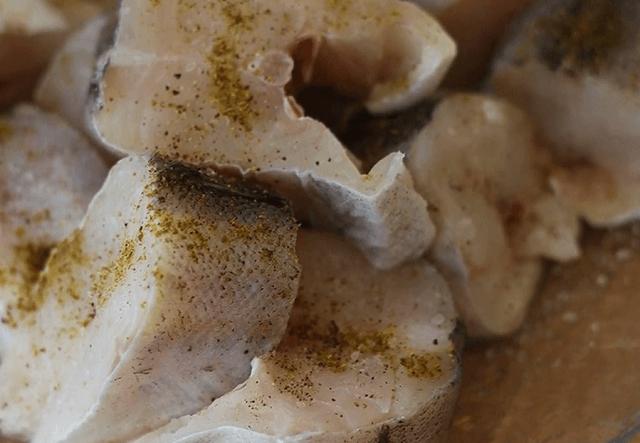 Рыбу нарезаем на порционные кусочки
