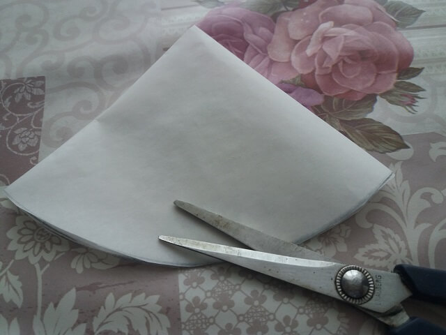 Складываем вырезанный бумажный круг еще вдвое