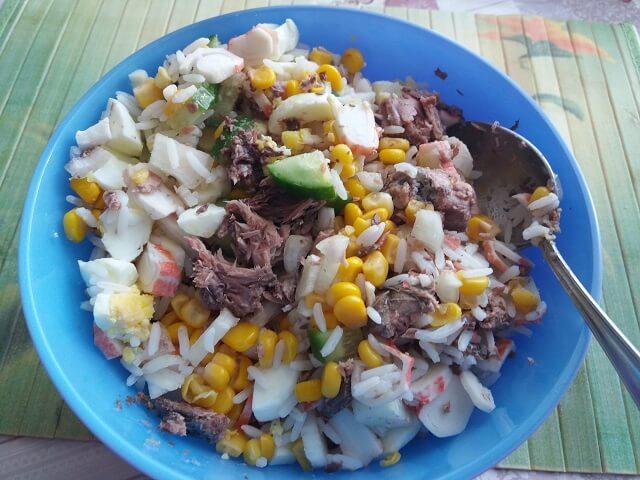 Соединяем все ингредиенты в салате с тунцом