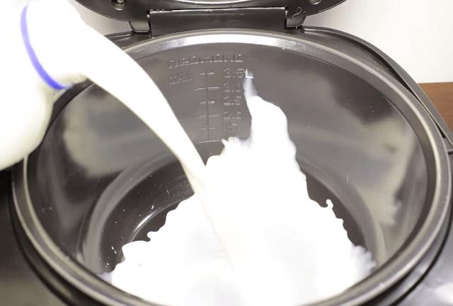 В чашу мультиварки наливаем молоко