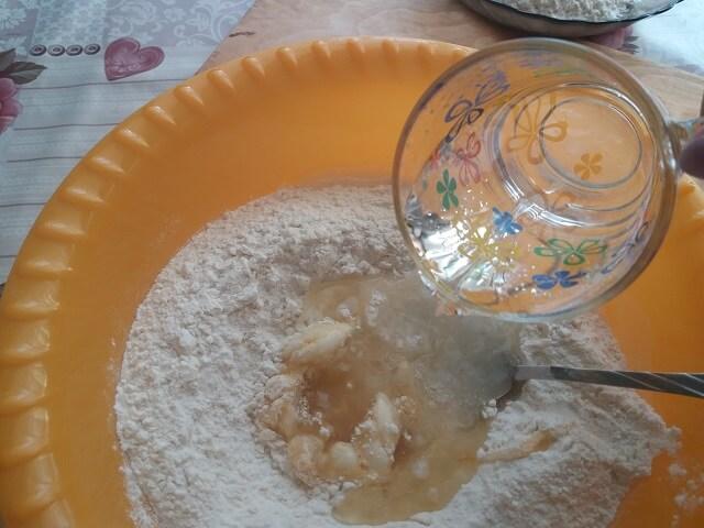 Выливаем горячую воду с маслом в муку