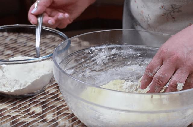 Замешиваем пельменное тесто