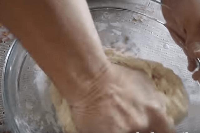 Замешиваем тесто для пельменей