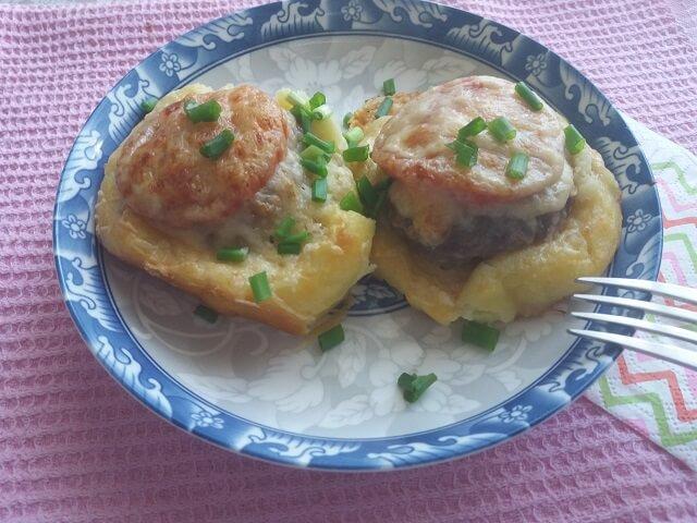 Готовые стожки из фарша с картофелем, помидорами и сыром