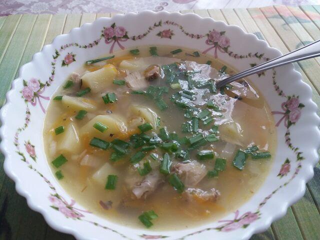 Готовый рыбный суп с консервой из скумбрии