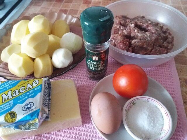 Ингредиенты для стожков из фарша с картошкой, помидорами и сыром